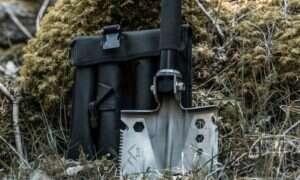Łopata EST Shovel łączy w sobie 18 narzędzi