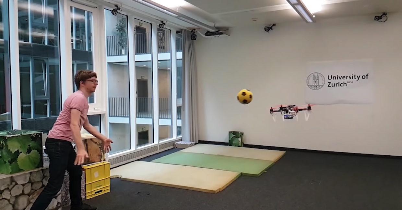 Dodatkowa kamera umożliwiła temu dronowi zabawę w Neo z Matrixa