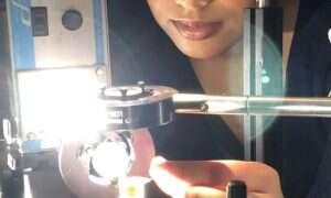 Naukowcy wykonują obliczenia oświetlając przezroczystą kostkę