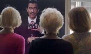 Salvador Dali pozuje sobie do selfie w muzeum, dzięki sztucznej inteligencji