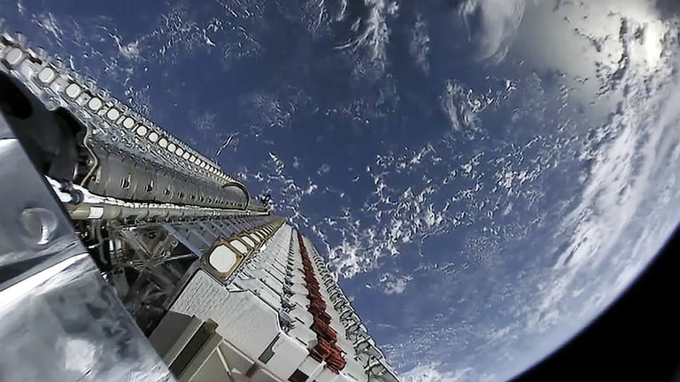Ambitny projekt SpaceX rozwija się w najlepsze z myślą o stworzeniu globalnej satelitarnej sieci szerokopasmowej, choć nie podoba się to wszystkim. Wystrzelenie pierwszej partii 60 z nich miało miejsce ponad miesiąc temu, ale dopiero teraz orbity znakomitej większości z nich (dokładnie 57) docierają na miejsce docelowe. Czytaj też: Satelity Starlink można dostrzec z Ziemi Poinformowała o tym sama firma SpaceX, która ogłosiła, że wspomniana liczba satelitów już komunikuje się z naziemnymi stacjami. Trzech z nich niestety nie czeka fenomenalny los, bo od startu stracono z nimi komunikacje, więc zapewne albo spalą się (o ile już nie spłonęły) w naszej atmosferze. Czterdzieści pięć satelitów znajduje się obecnie w swoich końcowych pozycjach, ale pięć z nich dopiero do nich dociera, a pięć kolejnych przechodzi kontrolę przed rozpoczęciem swojej drogi na docelową wysokość. Tam trafią za sprawą jonowych silników odrzutowych, które można zdalnie sterować. Chociaż trzy satelity padły na zawsze, to SpaceX poświęci jeszcze dwie, które przejdą proces deorbitacji, aby zasymulować, co stanie się z nimi po tym, jak osiągną kres żywotności. Wkrótce firma rozpocznie też testy tych, które zawisną nad naszymi głowami na kolejne lata. W ich ramach zacznie wysyłać strumieniowo dane (filmy, a nawet gry wideo) przez internetowe łącze satelitarne: Teraz, gdy większość satelitów osiągnęła wysokość operacyjną, SpaceX zacznie wykorzystywać konstelację, aby rozpocząć transmisję sygnałów szerokopasmowych, testując opóźnienia i pojemność, przesyłając strumieniowo wideo i grając w niektóre gry wideo o dużej przepustowości, korzystając z bramek w całej Ameryce Północnej. Czytaj też: Naukowcy zaobserwowali najmniejszą egzoplanetę Źródło: Digital Trends