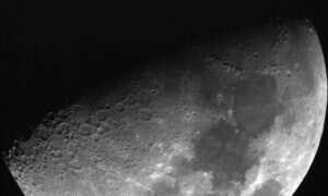 Dlaczego Księżyc emituje błyski?