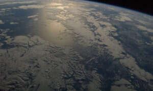 Pod powierzchnią oceanu znajduje się bryła zamarzniętego metanu