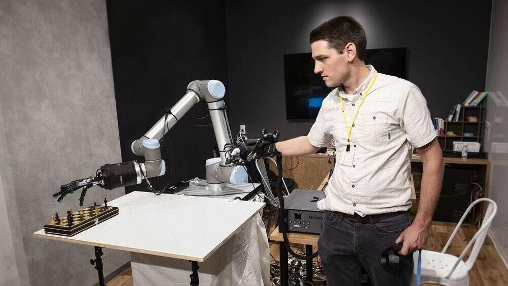 Robotyczna dłoń przesyłająca bodźce dotyku do operatora