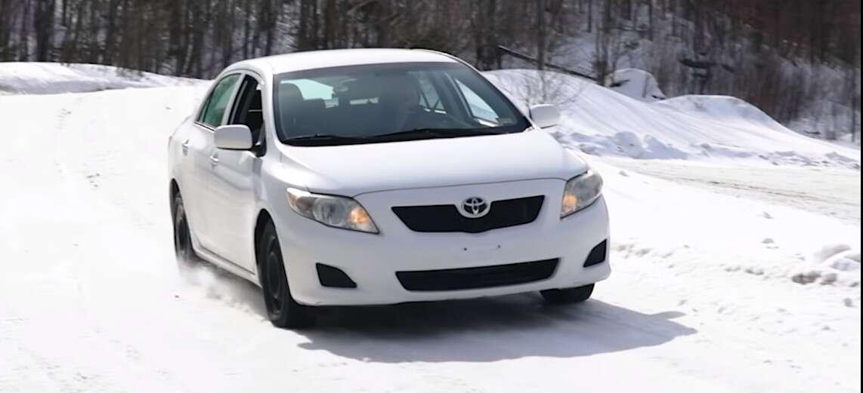 Wygląda na to, że fabryczna Toyota Corolla radzi sobie na śniegu