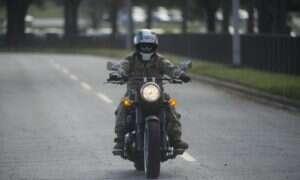 Dlaczego pomimo gumowych opon piorun zabił motocyklistę?