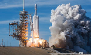 SpaceX ujawniło wideo powracającej owiewki rakiety Falcon Heavy na Ziemię