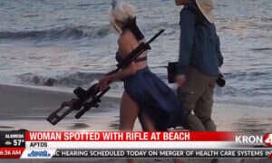 Cosplayerka z karabinem paradowała po publicznej plaży