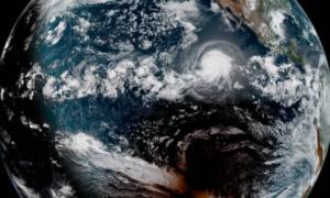Obraz satelitarny pokazuje całkowite zaćmienie słońca i huragan w jednym ujęciu