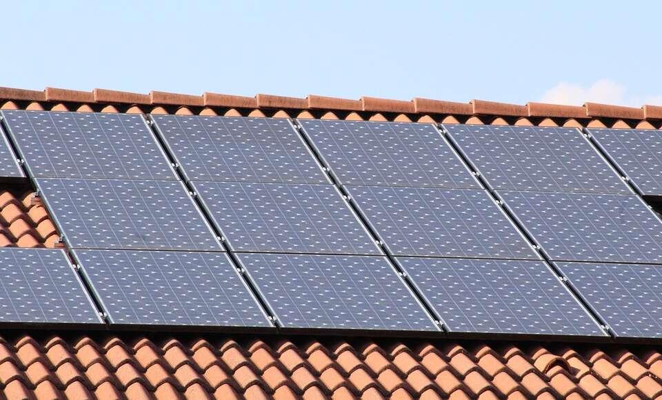 Naukowcy z MIT ogłosili, że opracowali zupełnie nowy materiał do produkcji kolektorów słonecznych, który może sprawić, że te będą nie tylko wydajniejsze, ale również tańsze. Odkrycie sprowadza się do ultra-czystego aerożelu.