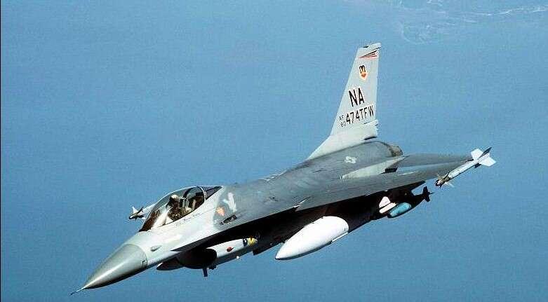 Ktoś chętny na zakup myśliwca F-16 z 1980 roku?