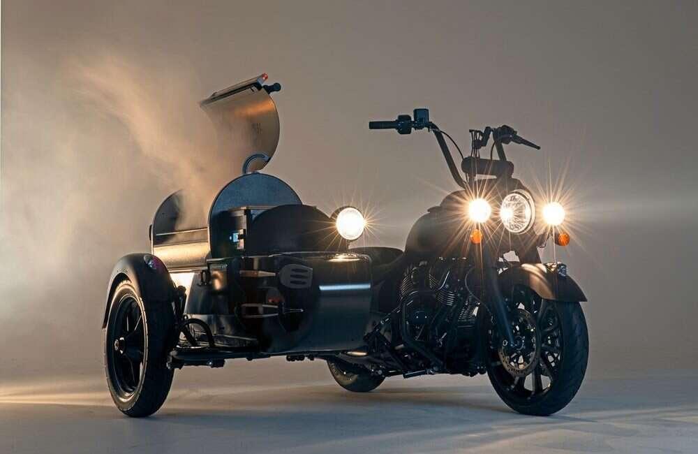 Ktoś gotowy na motocykl z grillem u boku