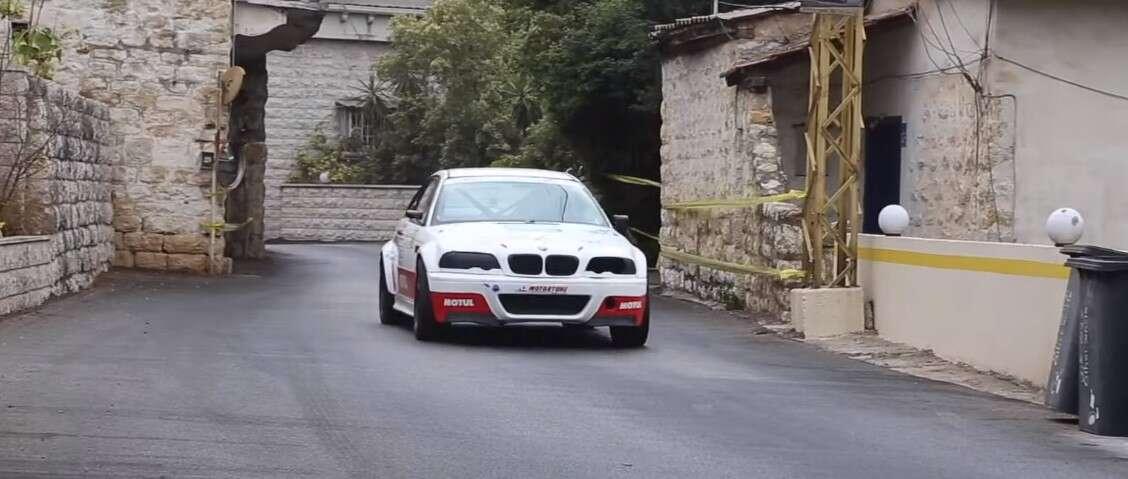 Obejrzyj jak BMW E46 przelatuje ulicami w centrum miasta