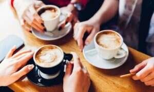 Picie zbyt dużej ilości kawy może powodować migrenę