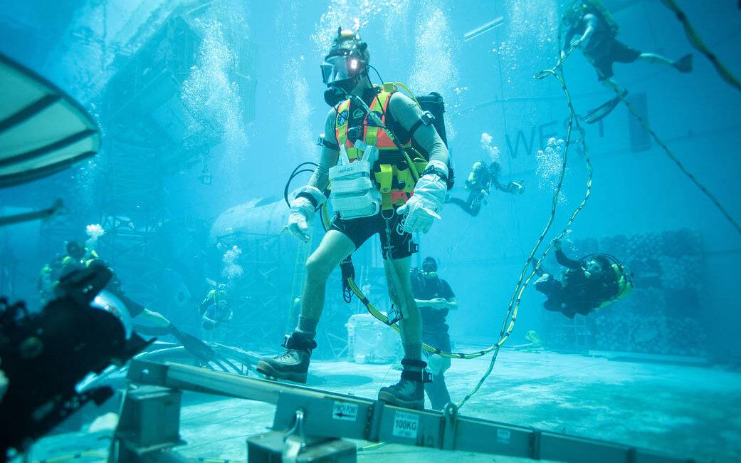 Astronauci NASA ćwiczą w wielkim akwarium przed lotem na Księżyc