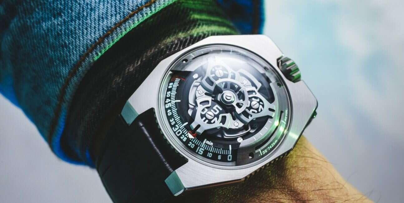 Zegarek UR-100 od Urwerk wskazuje nawet pozycję Ziemi na orbicie