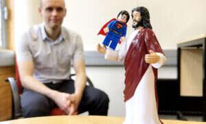 W jaki sposób ludzie są przyciągani przez religie i superbohaterów?