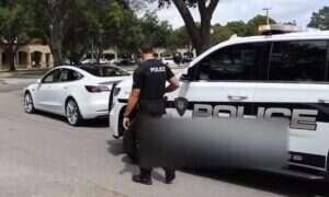 Tesla w trybie Smart Summon złamała prawo. Ciekawi, jak zareagował policjant?
