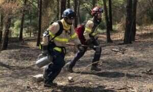 Zwycięzcy konkursu IBM wyciągają dłoń w stronę strażaków