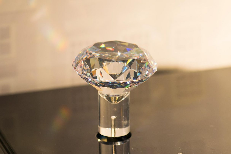 szkło tak twarde, szkło może zarysować diament, AM-III